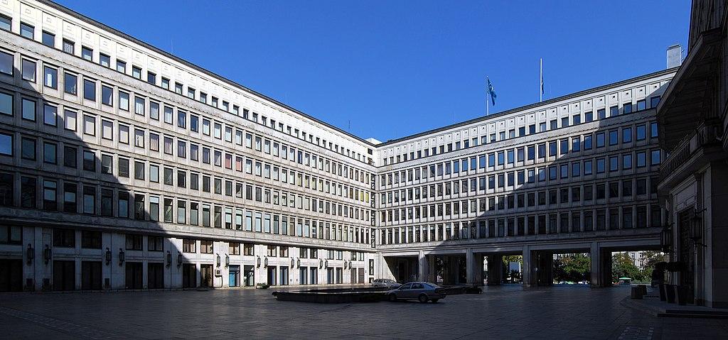 Architecture social réaliste : Ancien siège du Parti Communiste polonais à Varsovie, aujourd'hui... siège de la bourse.