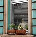 Wuppertal, Marienstr. 108, EG-Fenster, Puppe mit Mütze, Bild 1.jpg
