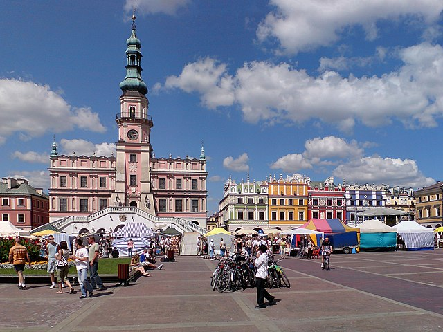http://upload.wikimedia.org/wikipedia/commons/thumb/2/2a/Zamosc_Town_Hall_01.jpg/640px-Zamosc_Town_Hall_01.jpg