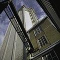 Zicht op de graansilo, van onderaf gezien, met loopbrug - Zierikzee - 20398663 - RCE.jpg