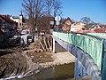 Zruč nad Sázavou, náměstí MUDR. J. Svobody a most přes Ostrovský potok, výstavba zdi.jpg