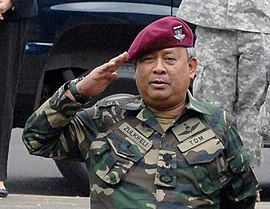 452992de Malaysian Armed Forces General Tan Sri Haji Zulkifeli bin Mohd Zin with maroon  beret during CARAT 2011 ceremony