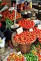 Étal de tomates dans un marché de Douala.jpg