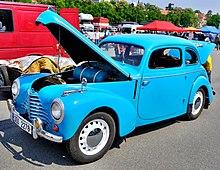 Modrá Škoda 1101 tudor s otevřenou kapotou.