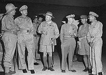 Zes mannen in verschillende uniformen.