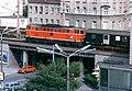 070R18290780 Blick von Parkhaus auf den Bereich Schöpfleutnergasse – Bahnhof Floridsdorf, Brücke über die Schloßhoferstrasse, Lok 2143.17.jpg