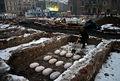 12 Wykopaliska happening 2005 zakopanie baków pod płytą Rynku Głównego w Krakowie.JPG