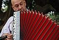 2015-08-28, Nini Flores con su acordeón Piermaría, foto tomada en exteriores.jpg