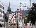 2017-06-27, Betonierung der Freiburger Kronenbrücke, Blick durch dier Kronenstraße, im Hintergrund der Münstert.jpg