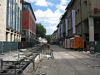 2017-09-05, Kanal- und Gleiserneuerung auf der Freiburger Kaiser-Joseph-Straße, das Westgleis wird einbetoniert.jpg