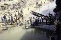 ASC Leiden - van Achterberg Collection - 03 - 79 - Le débarcadère avec passerelle pour le bateau à Macina avec des commerçants - Macina, regio Ségou, Mali - novembre-décembre 1993.tif