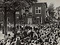 Aan het Raadhuisplein, de opening van de winkelweek 5 juni 1951, ziende in de Haltestraat en naar het noorden. Aangekocht in 1977 van fotograaf C. de Boer. Identificatienummer 54-010723, NL-HlmNHA 54010752.JPG