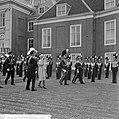 Aankomst op paleis Huis ten Bosch, inspectie erewacht door prins Bernhard, konin, Bestanddeelnr 916-8584.jpg