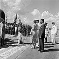 Aankomst van koningin en prins op het vliegveld Zanderij. Begroeting door indian, Bestanddeelnr 252-4191.jpg