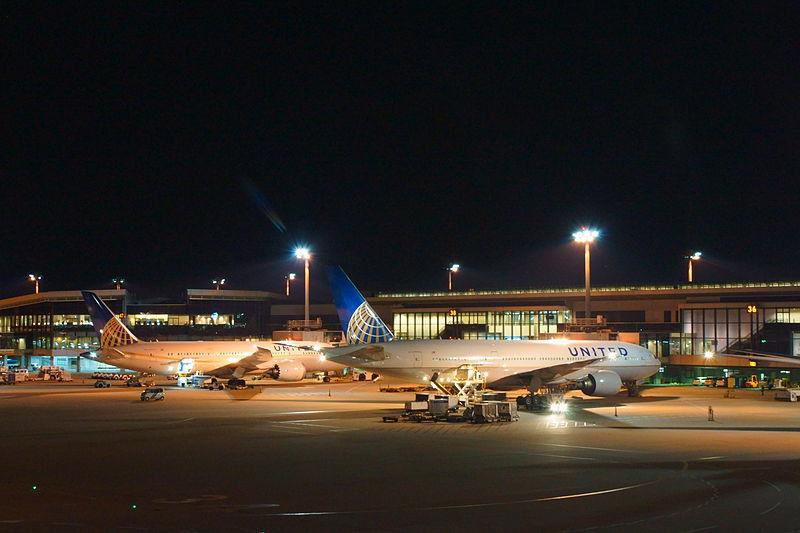 File:Airplanes of United Airlines in tarmac at Narita Airport apron at night..JPG