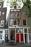 foto van Huis met gevel op houten pui met rijk gesneden puibalk