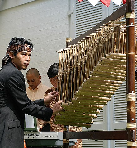 Angklung as a Masterpiece of Oral and Intangible Heritage of Humanity. Angklung-arumba.jpg