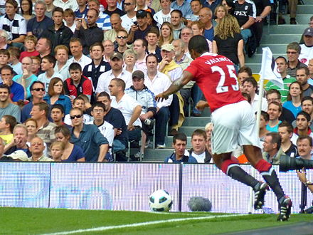 Valencia taking a corner kick in the 2-2 draw away to Fulham on 22 August 2010 Antonio Valencia corner kick.jpg