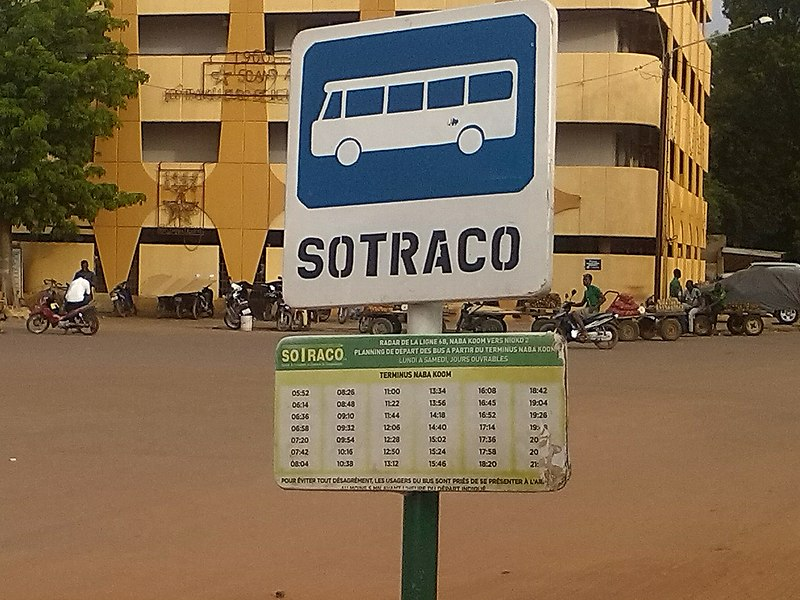 File:Arret du bus de la place Naaba Koom.jpg