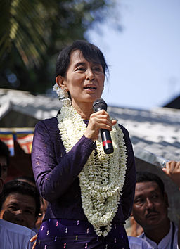 Aung San Suu Kyi gives speech