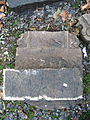 Aushub per Bagger 1m Alter St. Nikolai-Friedhof Nikolaikapelle Hannover, 40c05d zerbrochener Grabstein, Fragment mit Fundament.jpg