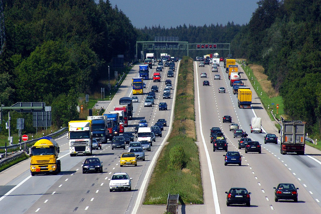 File:Autobahn A8 bei Holzkirchen.JPG - Wikimedia Commons