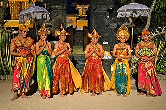 Hindu - Image: Balinese Hindus dressed for traditional dance Indonesia