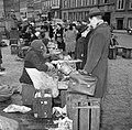 Bezoekers bekijken de koopwaar op de vismarkt in Kopenhagen op de achtergrond he, Bestanddeelnr 252-8834.jpg