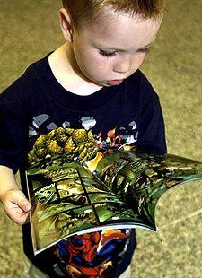 Un bambino guarda il contenuto di un fumetto Marvel Comics