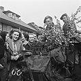 Britse bevrijders worden met bloeiende bloesem ontvangen, Bestanddeelnr 900-2387.jpg