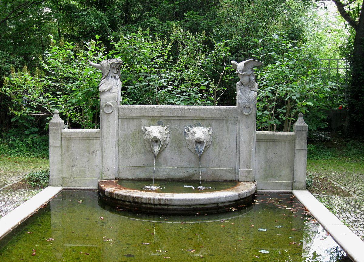 File Brunnen im Garten des Prinzregententheaters Muenchen 1 jpg Wikimedia Commons ~ 07043525_Brunnen Bohren Garten München
