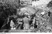 Bundesarchiv Bild 101I-304-0608-24A, Italien, Soldaten in Panzerjäger in Ortschaft