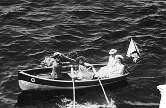 """Yal (boat) - Russian Tsar and his family recreat in a """"Yal-4"""" (4 oars)"""