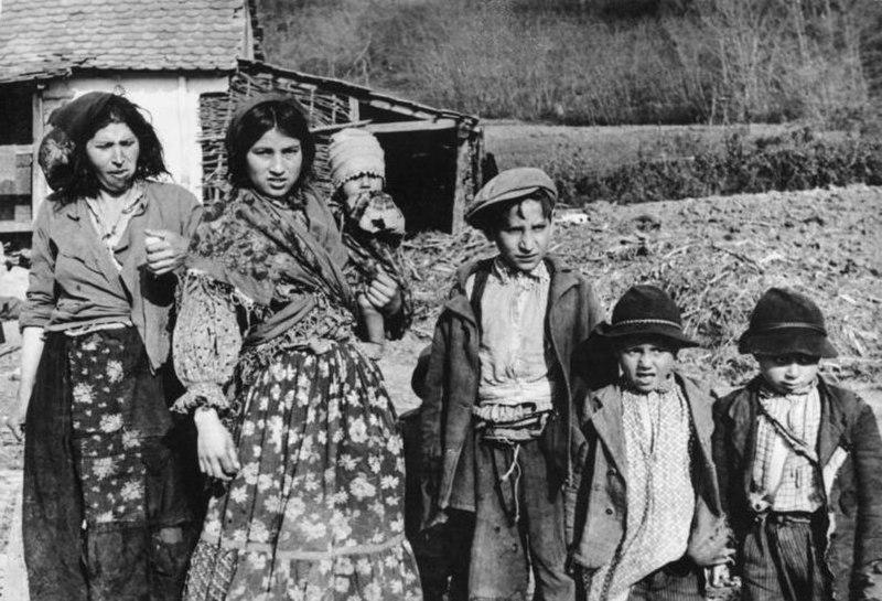 Bundesarchiv Bild 183-2004-0203-502, Bei Agram, kroatische Sinti und Roma-Frauen und Kinder