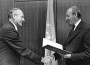 Bundesarchiv Bild 183-M0921-014, Beglaubigungsschreiben DDR-Vertreter in UNO.jpg