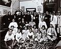 COLLECTIE TROPENMUSEUM Groepsportret ter gelegenheid van de viering van het vijfentwintigjarig huwelijksfeest van een Chinees echtpaar en een uitreiking van de Pauselijke onderscheiding Pro Ecclesia et Pontifice, Borneo TMnr 60051441.jpg