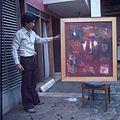 COLLECTIE TROPENMUSEUM Kunstschilder Sri Hadi toont zijn werk TMnr 20018493.jpg