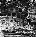 COLLECTIE TROPENMUSEUM Rotsgraven met tau-tau en steigers nabij het dorp Lemo TMnr 20000518.jpg