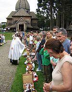 Descendentes de ucranianos na cerimônia de bênção dos alimentos na véspera da Páscoa de 2006, em Curitiba.