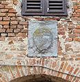 Certaldo alta, via del rivellino, torre con stemma 02.JPG