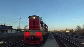 Файл:ChME3-4346 with flatcar departs Pozim station.webm