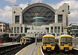 Ein Bild der Charing Cross Station mit südöstlichen Zügen am Bahnsteig.