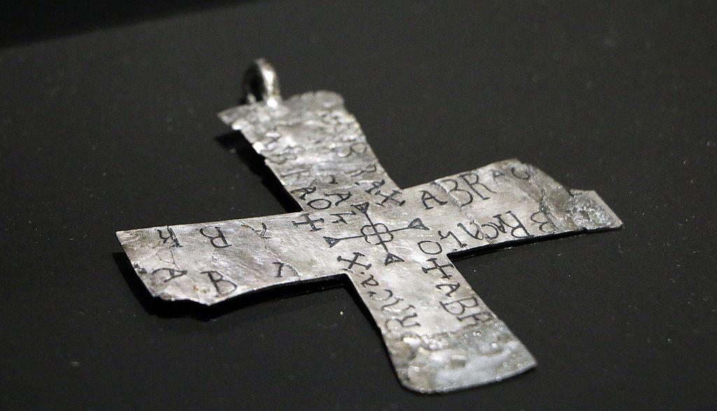 Cluny - Mero - Croix-Talisman motifs magiques basé sur Abracadabra - VIe-VII siècle- Ag niellé