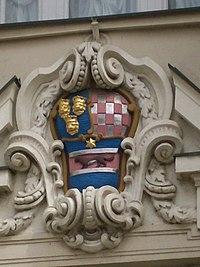 Taş bina üzerinde renkli resim ile kalkan
