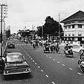 Collectie NMvWereldculturen, TM-20000937, Negatief, 'Straatgezicht met betjakrijders en geparkeerde auto's in de hoofdstraat Jalan Malioboro', fotograaf Boy Lawson, 1971.jpg