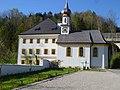 Dechanthof in Thalgau mit Kreuzkapelle.jpg