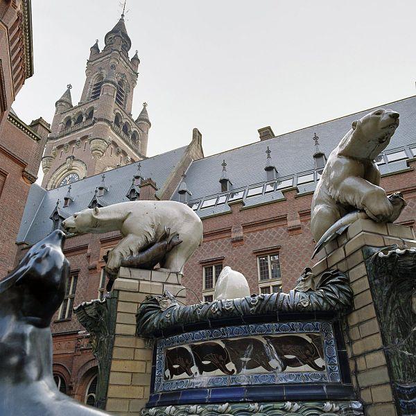 File:Detail van de fontein en op de achtergrond de toren van het vredespaleis - 's-Gravenhage - 20378108 - RCE.jpg
