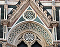 Duomo di firenze, medaglioni intarsiati in marmi nei timpani delle finestre sui fianchi 17.JPG