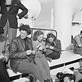Emigranten (oliem) met een breiwerkje aan dek van het schip dat hen naar Israel , Bestanddeelnr 255-1104.jpg