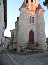 Entrée de l'église flanquée de deux tourelles.JPG